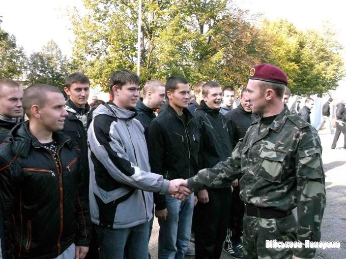 Українська армія активно шукає майбутніх контрактників: безробітних та самотніх