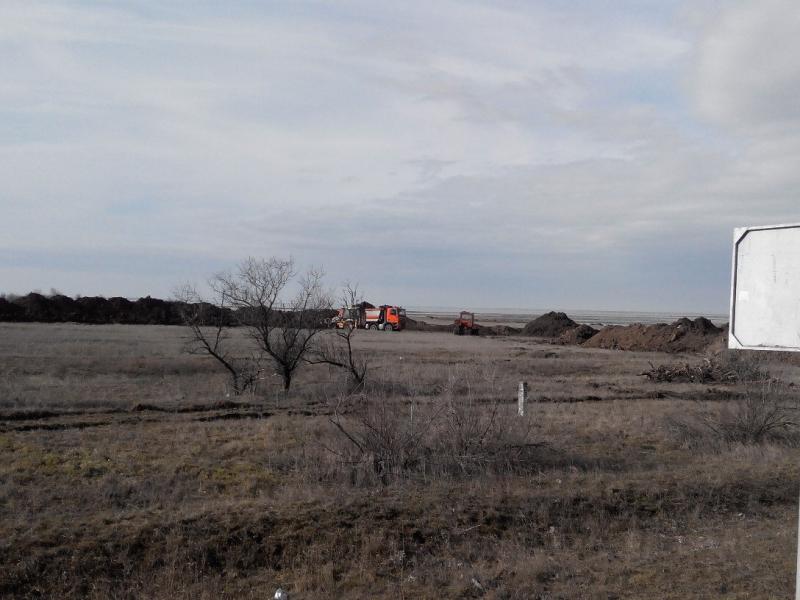 Окупанти копають рів на адміністративному кордоні Криму