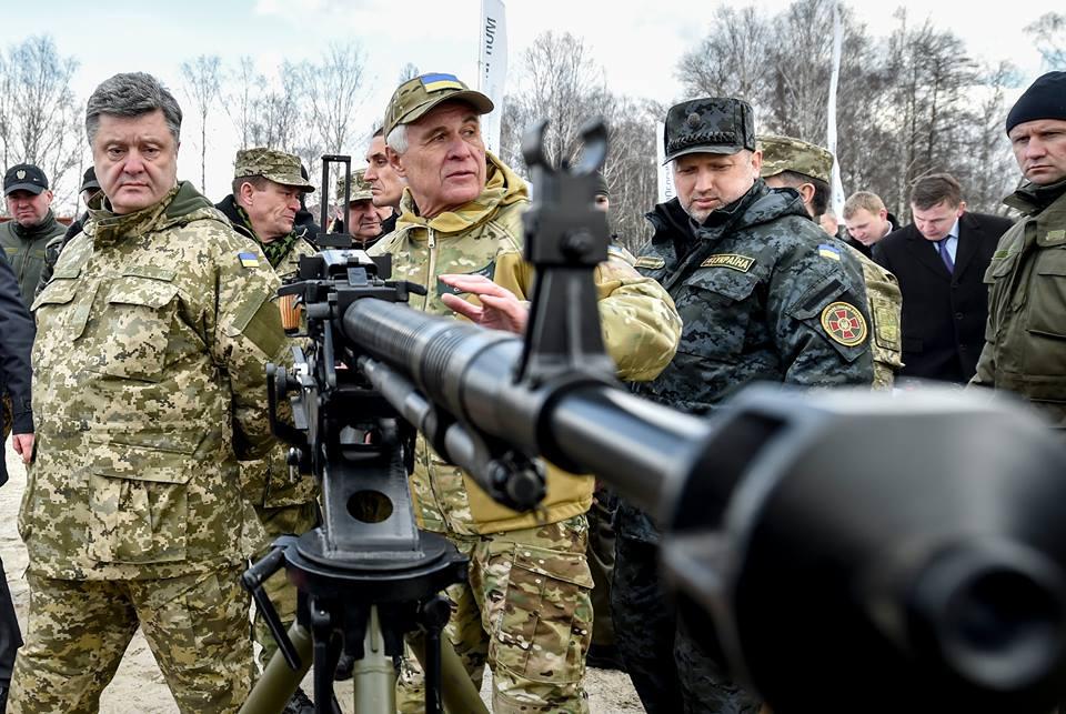 У разі наступу супротивника Україна негайно введе воєнний стан — Порошенко