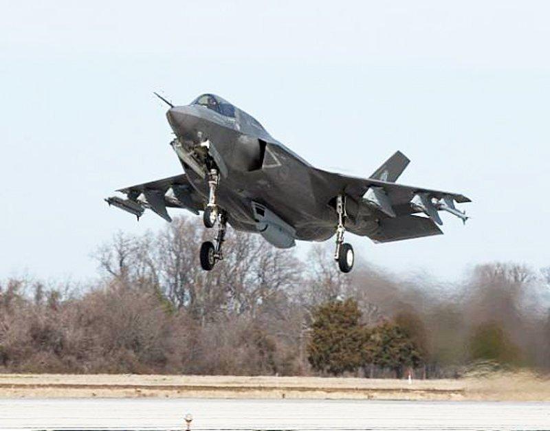 Перший зліт з трампліну винищувача F-35B — ВІДЕО