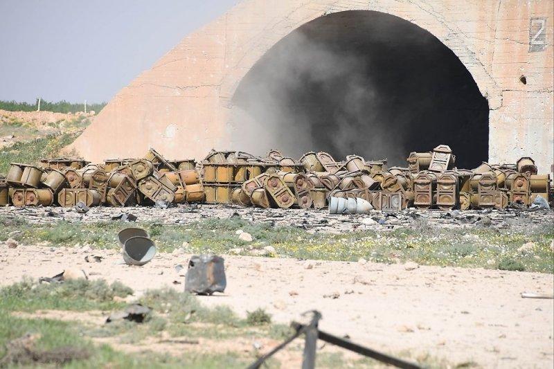 На знімках журналістів РФ з авіабази в Сирії помітили російські контейнери для хімзброї