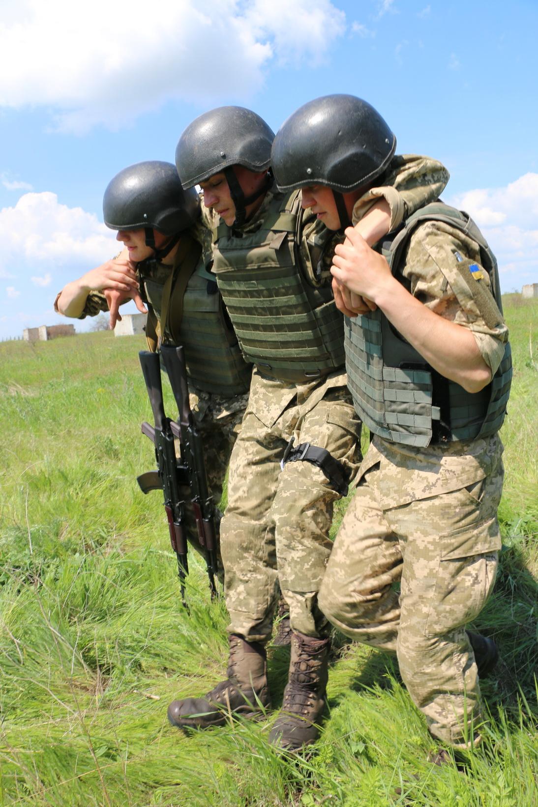 На Одещині майбутні офіцери навчають строковиків надання першої медичної допомоги
