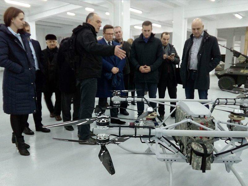 Демонстрація перспективних бойових БЛА ОКБ Matrix UAV в ДАХК «Артем» делегації Європарламенту